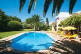 Garten mit entspannendem Poolbereich